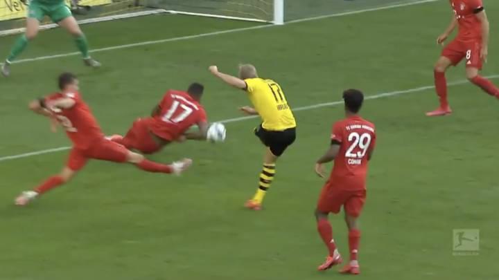 El VAR no entró en un posible penalti por mano de Boateng - AS.com