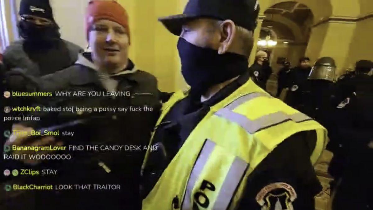 Ver vídeo / Roza los 20 millones de visitas e indigna al mundo: vean a este policía con los asaltantes